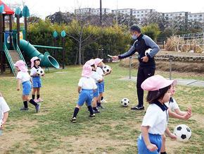 「体育の先生と遊ぼう」を行いました(年中・年少組)