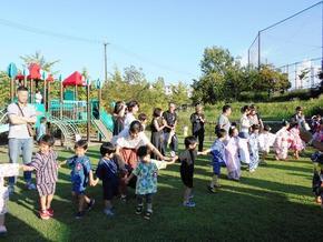 夕涼み会4(芝生の庭で盆踊り)